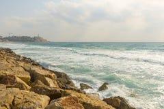 Golven van de Middellandse Zee afstraffing tegen de steenachtige kust royalty-vrije stock foto's