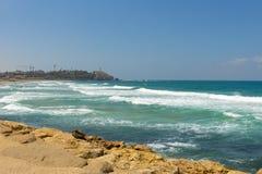 Golven van de Middellandse Zee afstraffing tegen de steenachtige kust stock fotografie