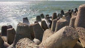 Golven van de Oostzeeafstraffing tegen de kust royalty-vrije stock foto's