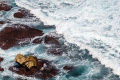 Golven van de Vreedzame Oceaan Uluwatu, Bali, Indonesië stock foto