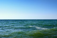 Golven van de Zwarte Zee tegen de blauwe hemel Stock Foto's