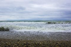 Golven van de Zwarte Zee tijdens een onweer stock foto's