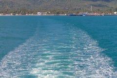 Golven van een veerboot kruising de oceaan Royalty-vrije Stock Afbeeldingen