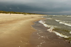 Golven van Oostzee en zandig strand Stock Foto