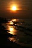 Golven, zand en zonsondergang Royalty-vrije Stock Foto