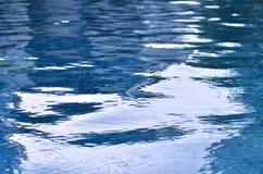 Golvenbezinningen over de waterspiegelachtergrond Royalty-vrije Stock Foto's
