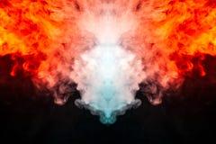 Golvend, doorzichtige die rook, door licht tegen een donkere die achtergrond wordt verlicht, in twee kleuren wordt verdeeld: blau royalty-vrije stock fotografie
