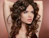 Golvend haar Aantrekkelijk meisje met make-up Krullend kapsel Brunett Stock Foto's