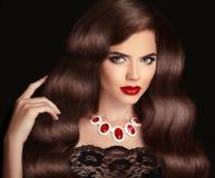 Golvend haar Mooie Donkerbruine Vrouw Rode lippenmake-up Gezonde Lo Stock Foto's