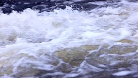 Golvend huidig transparant water met plonsen stock video