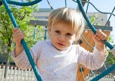 Golvend kind bij speelplaats Stock Foto's