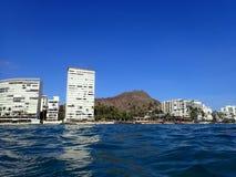Golvend water op oceaan van Kaimana-Strand met hotels en flatgebouwen met koopflats Royalty-vrije Stock Afbeelding