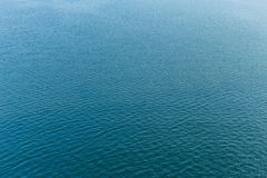 Golvende blauwe waterspiegel Royalty-vrije Stock Foto