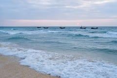 Golvende boten in het overzees van Weizhou-Eiland, Beihai, Guangxi, China royalty-vrije stock foto's