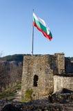 Golvende Bulgaarse vlag Stock Foto