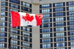 Golvende Canadese vlag en het inbouwen van de achtergrond Stock Fotografie