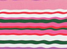 Golvende en kleurrijke roze gestreepte textuur Stock Foto