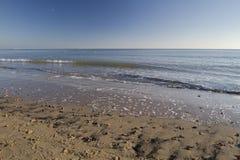 Golvende golven op zonnige de wintersdag bij strand Stock Afbeeldingen