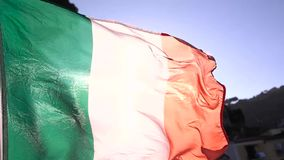 Golvende Italiaanse vlag dicht omhoog stock footage