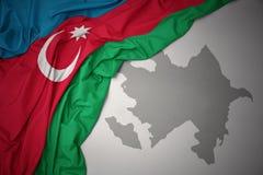 Golvende kleurrijke nationale vlag en kaart van azerbaijan vector illustratie