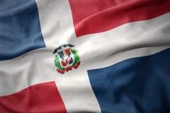 Golvende kleurrijke vlag van Dominicaanse republiek Stock Foto