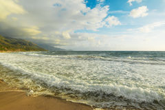 Golvende kust in het strand van La Speranza Royalty-vrije Stock Afbeelding