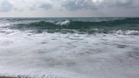 Golvende Middellandse Zee op sombere dag, Turkije stock videobeelden