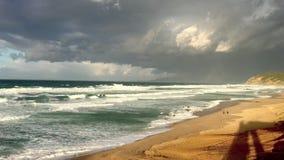 Golvende Middellandse Zee op zonsondergangtijd in Skikda Algerije stock footage