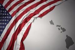 Golvende nationale vlag van de Verenigde Staten van Amerika op een grijze de kaartachtergrond van de staat van Hawaï Royalty-vrije Stock Foto's