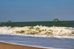 Golvende overzees bij het strand van Thailand stock fotografie