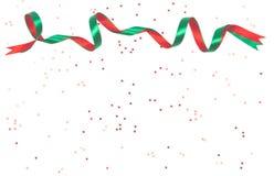 Golvende rode en groene die linten op wit worden geïsoleerd stock fotografie