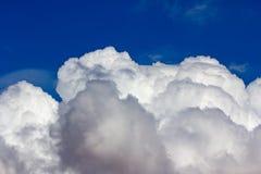 Golvende stratocumuluswolken stock foto