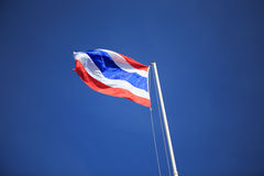 Golvende Thaise vlag met blauwe hemel Royalty-vrije Stock Foto's