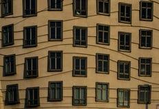 Golvende vensters van het dansende huis stock afbeelding