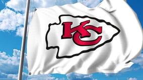 Golvende vlag met embleem van het Kansas City Chiefs het professionele team Het redactie 3D teruggeven Royalty-vrije Stock Foto's