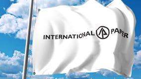 Golvende vlag met International Paper Company embleem tegen wolken en hemel Het redactie 3D teruggeven Royalty-vrije Stock Afbeelding