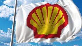 Golvende vlag met Shell-embleem tegen het bewegen van wolken 4K redactieanimatie stock footage