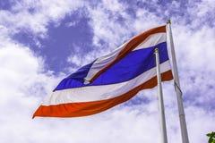 Golvende vlag van Thailand met blauwe hemelachtergrond voor een deel van ASE Stock Foto