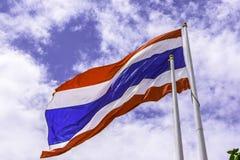 Golvende vlag van Thailand met blauwe hemelachtergrond voor een deel van ASE Stock Afbeelding