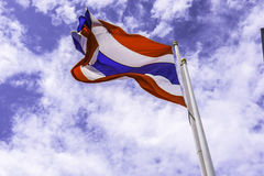 Golvende vlag van Thailand met blauwe hemelachtergrond voor een deel van ASE Royalty-vrije Stock Afbeelding