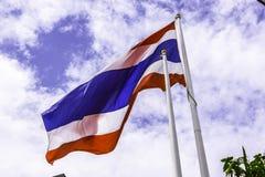 Golvende vlag van Thailand met blauwe hemelachtergrond voor een deel van ASE Stock Afbeeldingen