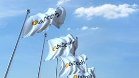 Golvende vlaggen met bitcoinembleem tegen de hemel stock video