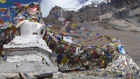 Golvende vlaggen in Thorong-de Pas van La - Nepal stock videobeelden