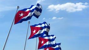Golvende vlaggen van Cuba tegen de hemel stock footage