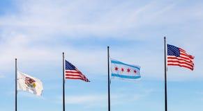 Golvende vlaggen van de staat van Illinois, de Verenigde Staten en van Stock Fotografie