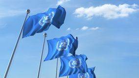 Golvende vlaggen van de V.N. van de Verenigde Naties tegen de hemel stock footage