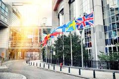 Golvende vlaggen voor het Europees Parlement de bouw Brussel, Stock Afbeelding