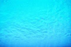 Golvende waterspiegelachtergrond in de pool Stock Foto's