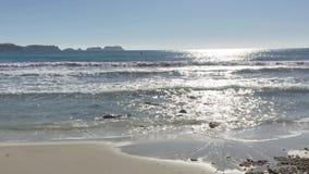 Golvenneerstorting op zandig strand stock footage