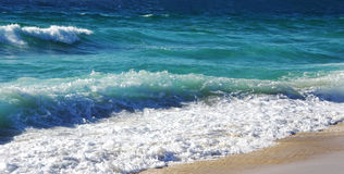 Golvenneerstorting over het strand in Algarve Stock Foto